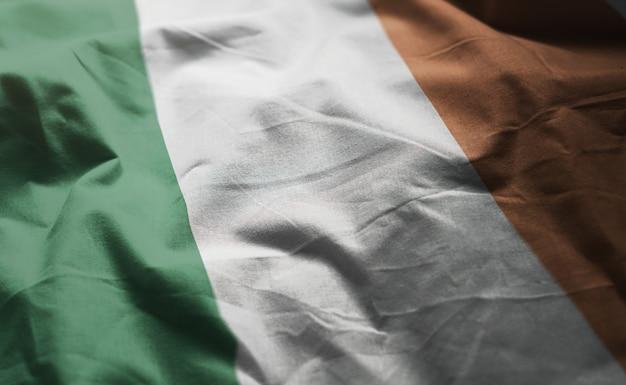 アイルランドの国旗のしわくちゃのクローズアップ