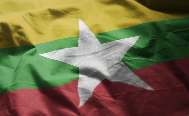 ミャンマーの国旗のしわくちゃのクローズアップ