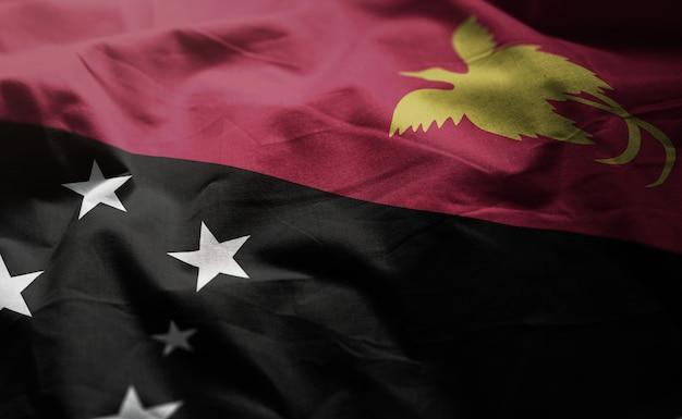 パプアニューギニアの国旗のしわくちゃのクローズアップ
