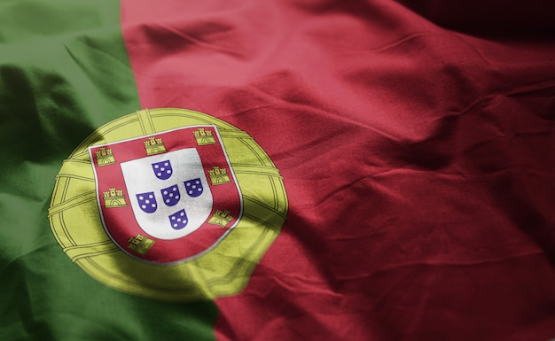 しわくちゃのポルトガルの国旗をクローズアップ