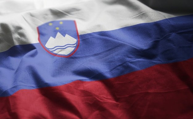 スロベニアの国旗のしわくちゃのクローズアップ
