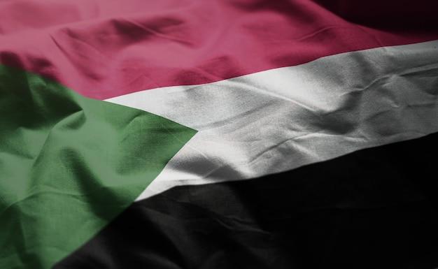 しわくちゃのスーダンの国旗をクローズアップ