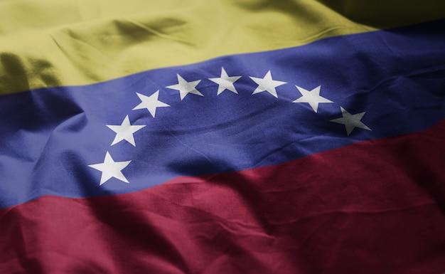 しわくちゃのベネズエラの国旗をクローズアップ