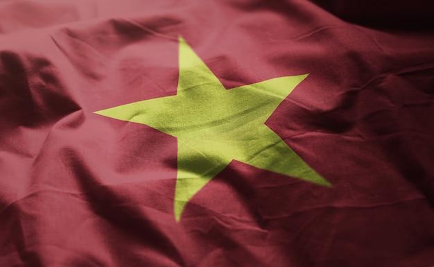 しわくちゃのベトナムの国旗をクローズアップ