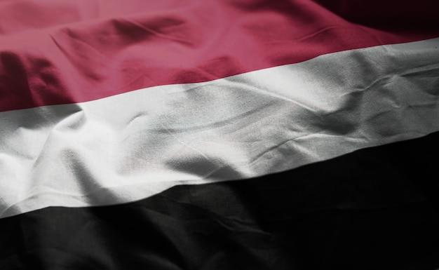イエメンの国旗のしわくちゃのクローズアップ