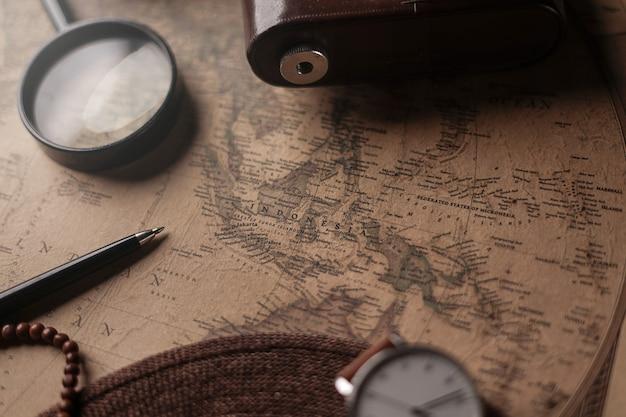 古いビンテージ地図上の旅行者のアクセサリー間のインドネシア地図。