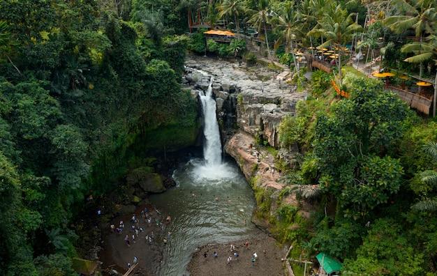 テグヌンガン滝の空撮。ウブドバリ-インドネシア