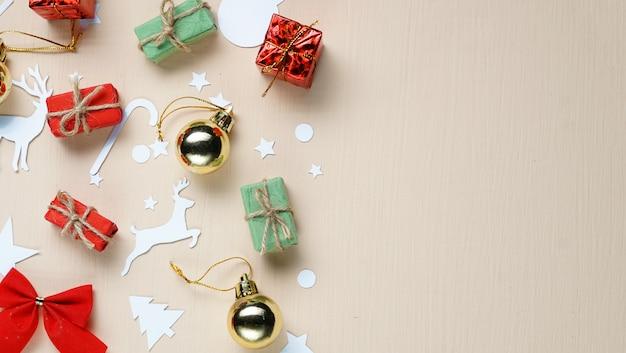 Копировать пространство. новогоднее украшение и резка бумаги на бежевом фоне