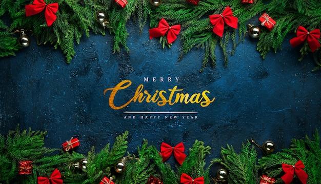 モミの枝と装飾に囲まれた黒の背景にメリークリスマスのグリーティングカード