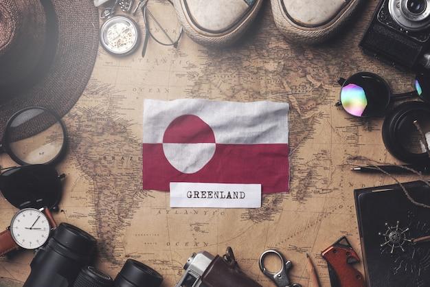古いビンテージ地図上の旅行者のアクセサリー間のグリーンランドフラグ。オーバーヘッドショット