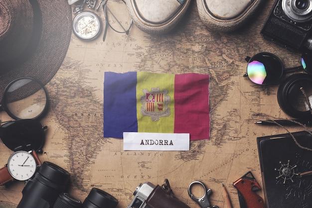 Флаг андорры между аксессуарами путешественника на старой винтажной карте. верхний выстрел