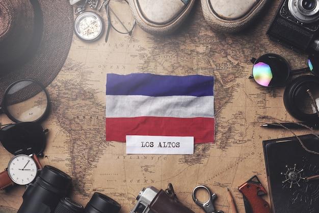 Флаг лос-альтос между аксессуарами путешественника на старой винтажной карте. верхний выстрел