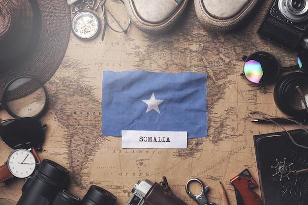 古いビンテージ地図上の旅行者のアクセサリー間のソマリアの国旗。オーバーヘッドショット