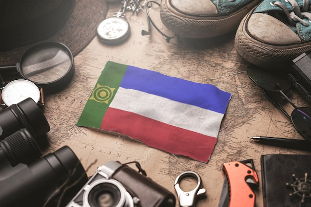 Флаг хакасии между аксессуарами путешественника на старой винтажной карте. концепция туристического направления.