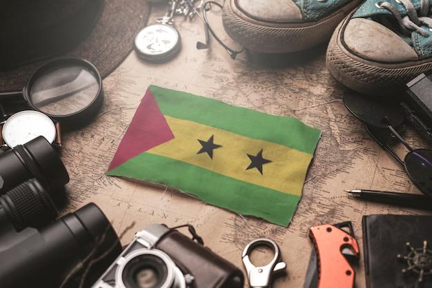 Так том и принсипи флаг между аксессуарами путешественника на старой винтажной карте. концепция туристического направления.