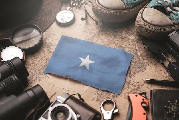 古いビンテージ地図上の旅行者のアクセサリー間のソマリアの国旗。観光地のコンセプト。