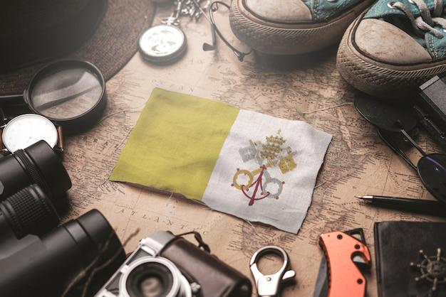 古いビンテージ地図上の旅行者のアクセサリー間のバチカン市国の旗。観光地のコンセプト。
