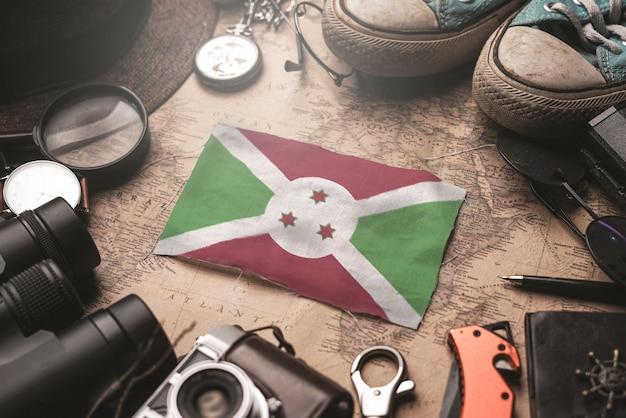 Флаг бурунди между аксессуарами путешественника на старой винтажной карте. концепция туристического направления.