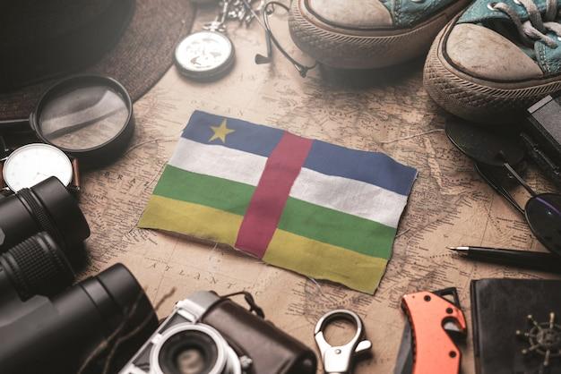古いビンテージ地図上の旅行者のアクセサリー間の中央アフリカ共和国の旗。観光地のコンセプト。