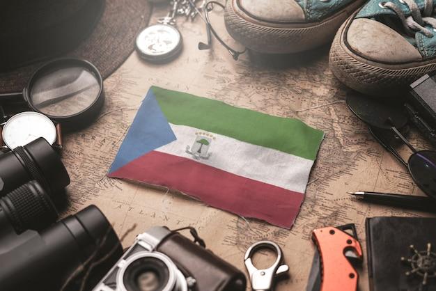 古いビンテージマップ上の旅行者のアクセサリー間の赤道ギニアの旗。観光地のコンセプト。