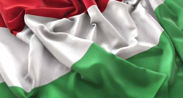 ハンガリーの旗が美しく波打ち際に浮かび上がるマクロのクローズアップショット