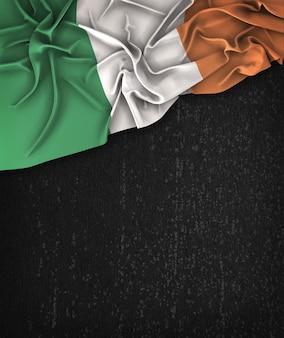 アイルランドの旗ヴィンテージグランジの上にテキストのためのスペースと黒の黒板