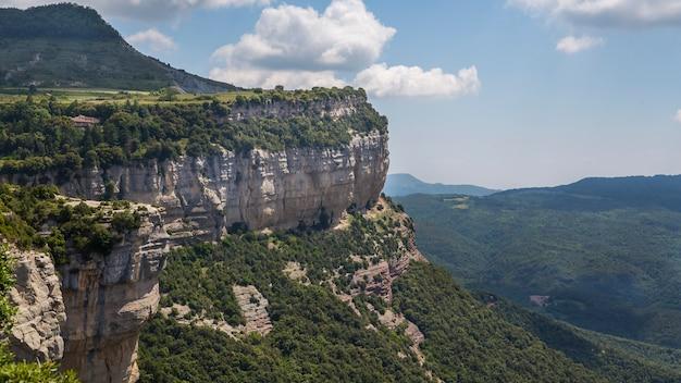 雲とタバーテットの岩山
