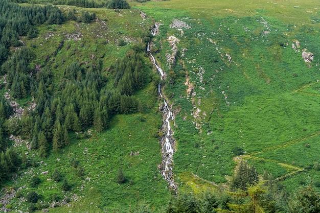 Вид на водопад гленмалур в уиклоу.