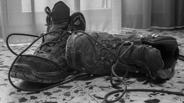 Горные ботинки на полу дома.