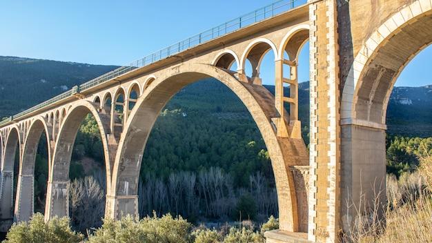 晴れた日にスペインの橋