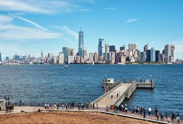 Вид на манхэттен и реку гудзон, от острова свободы и его пристани. ежедневно сюда приезжают многочисленные туристы со всего мира.
