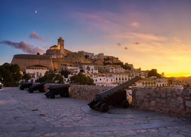 イビサ、バレアレス諸島、スペインのダルトビラの歴史的なエリアの美しい夕日。壁エリアの大聖堂と白い家