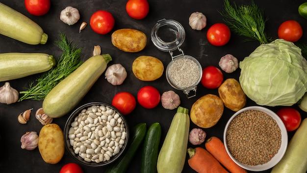 Свежие овощи на черном фоне. концепция органических продуктов питания