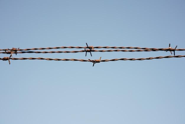 空と金属ワイヤーフェンス