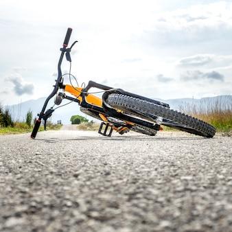 人なしで地面に伸びたマウンテンバイク