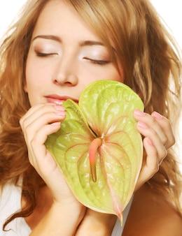 アンスリウムの葉を持つ美しい女性