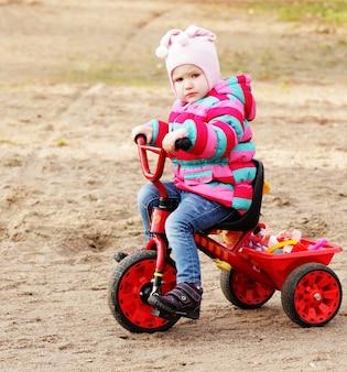 Маленькая девочка на велосипеде