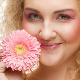 Красивая женщина с розовым цветком