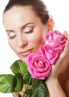 ピンクのバラの花束を持つ女性