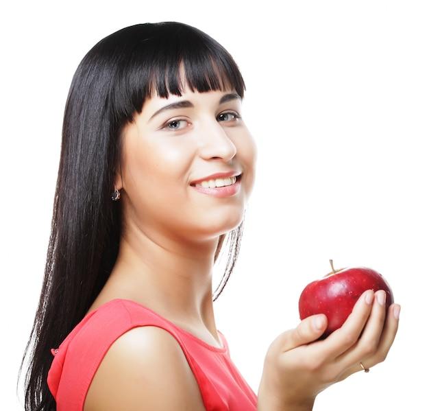 手で赤いリンゴと美しいブルネットの女性