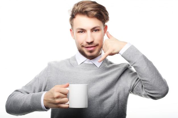 コーヒーカップを持つビジネス男を閉じる