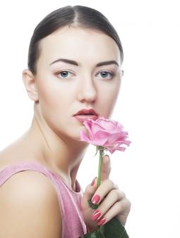 Женщина с розовой розой