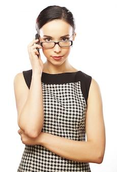 Молодая бизнес-леди с мобильным телефоном
