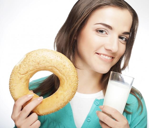 ミルクとドーナツを持つ女性