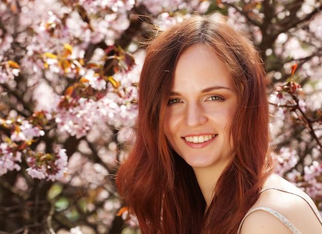 Образ жизни и людей концепция: молодая женщина, счастливый, улыбается, наслаждаясь весенне-летний день