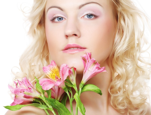 Красивая женщина с розовыми цветами