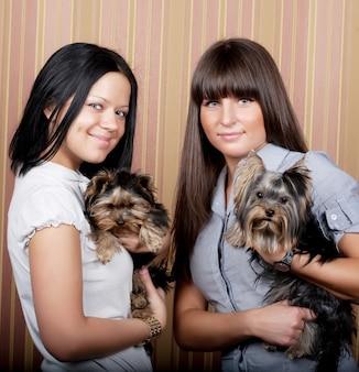 子犬と二人の女の子