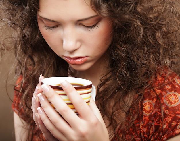 Красивая девушка, пить чай или кофе.