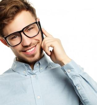 感情的な男の笑顔とスマートフォンで話しています。