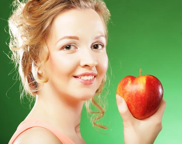 手で赤いリンゴと美しい女性